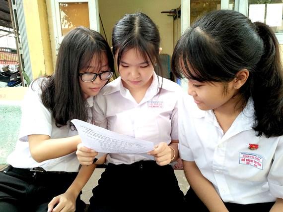 Học sinh bàn luận về đề thi